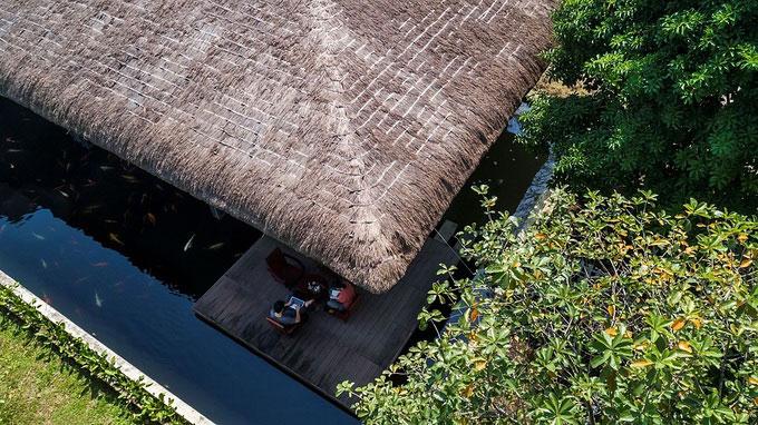 Thiết kế biệt thự vườn bao quanh bởi hồ nước mộng mơ, mát rượi